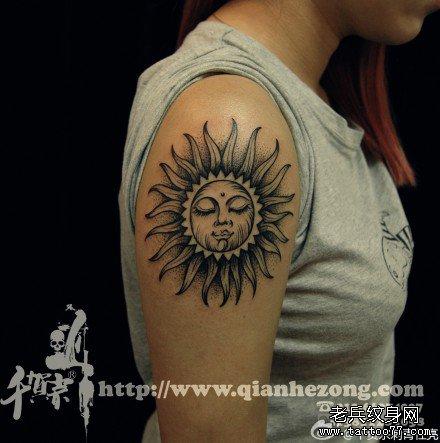 胳膊太阳脸纹身图案