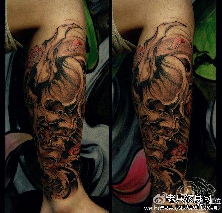 腿部粉花鬼头纹身图案