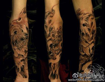 手臂荷花降魔杵纹身图案