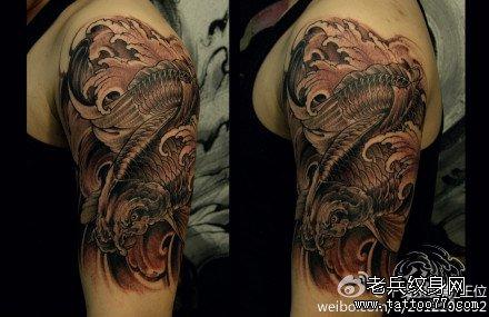 胳膊水浪鲤鱼纹身图案