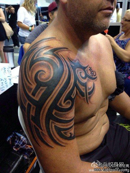 腰部牛图腾纹身图案