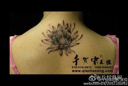 半胛红粉黄莲花纹身图案