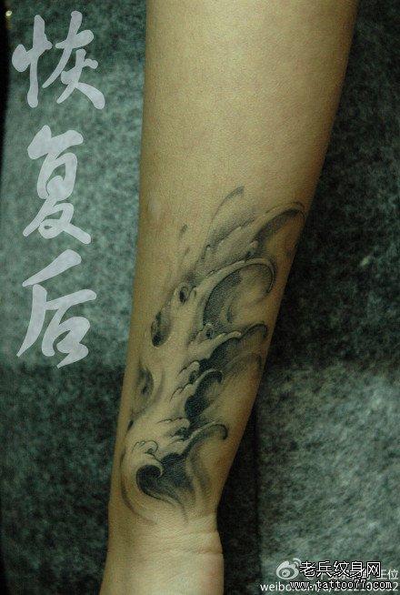 手部海浪纹身图案