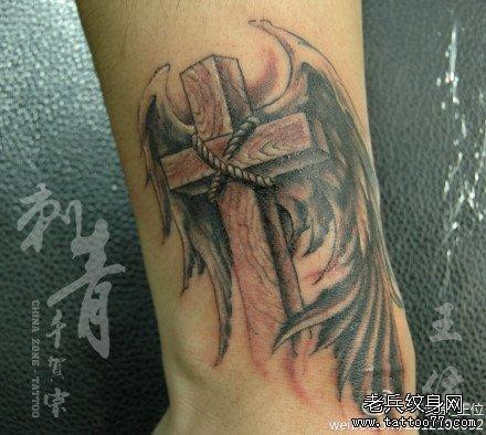 男人腿部时尚潮流的黑灰十字架纹身图案图片