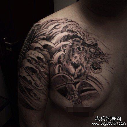 半胛虎与鲤鱼纹身图案