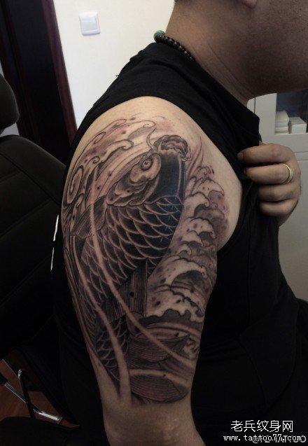 胳膊黑水鲤鱼纹身图案图片