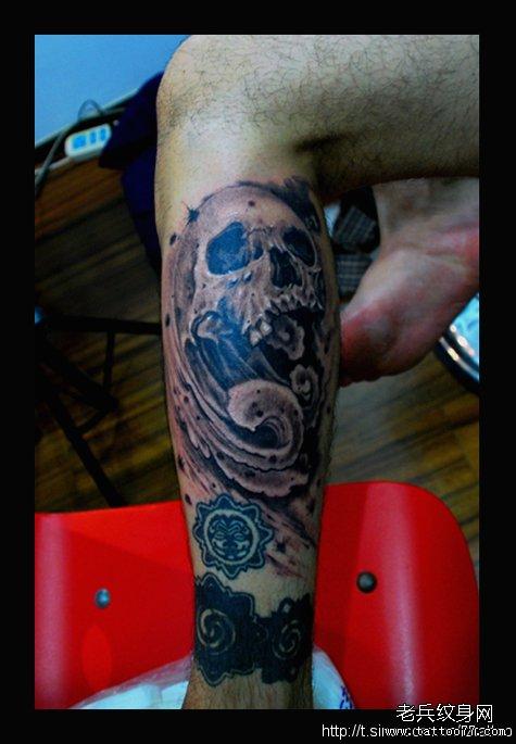 腿部水浪骷髅纹身图案