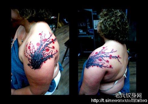 胳膊红梅花纹身图案