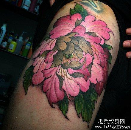 腿部粉花纹身图案