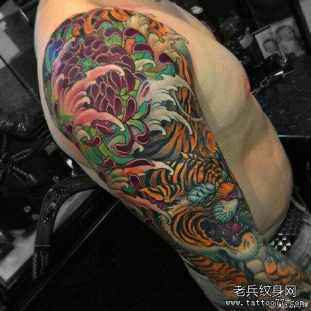 胸部虎头纹身图案