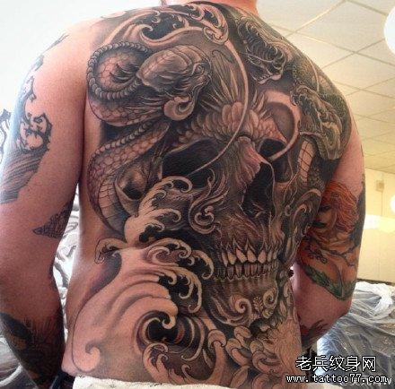 满背蛇与骷髅纹身图案