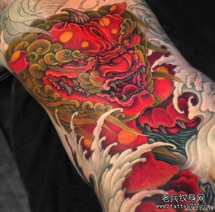 手部红狮子纹身图案