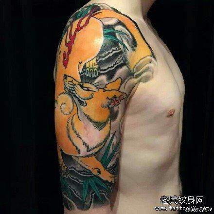 手部粉狮子纹身图案