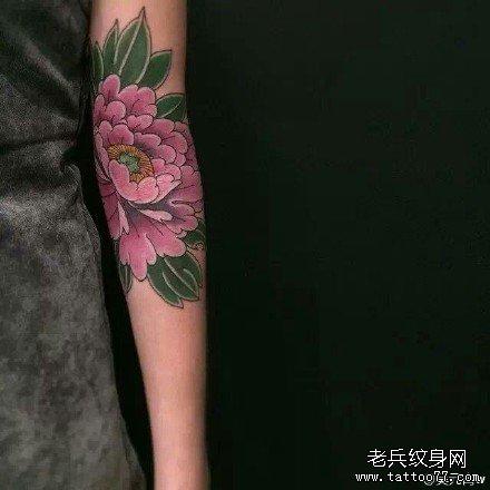 胳膊莲花纹身图案