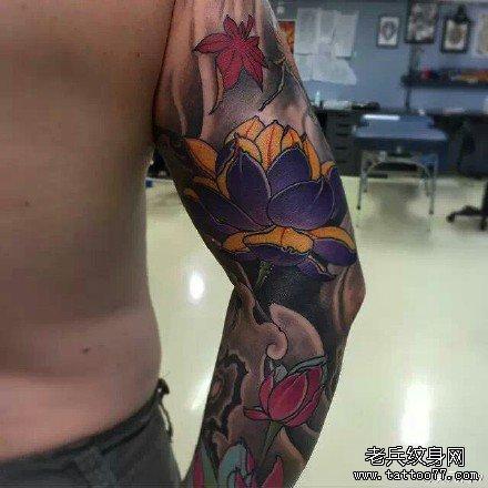 手臂黄莲花纹身图案