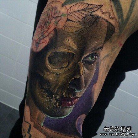 胳膊脸与骷髅纹身图案