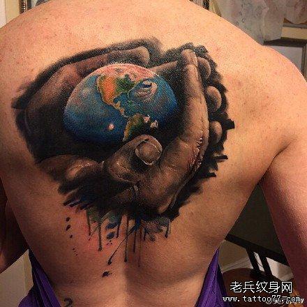 后背双手拿着地球纹身图案