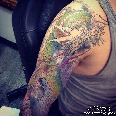 手臂绿龙纹身图案 高清图片