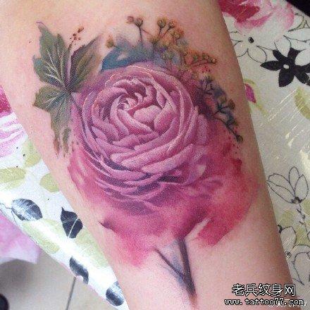 手部粉花纹身图案