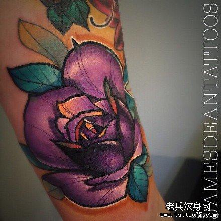 手部紫花纹身图案