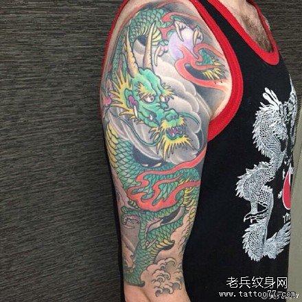 手臂绿龙纹身图案