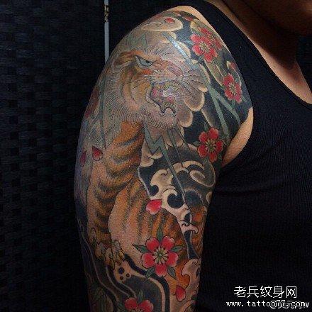 女性手臂老虎头纹身图片