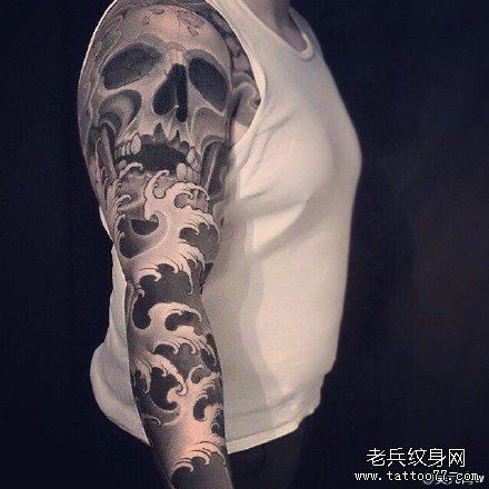 手臂海浪骷髅纹身图案