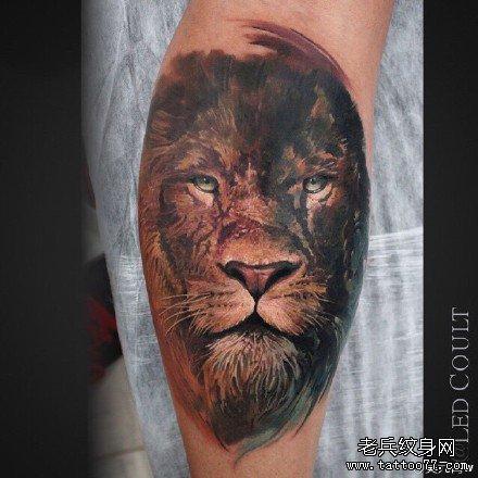 一款漂亮的彩色狮子纹身图案