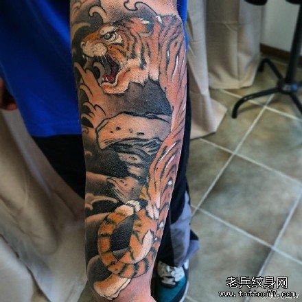 手臂老虎纹身图案