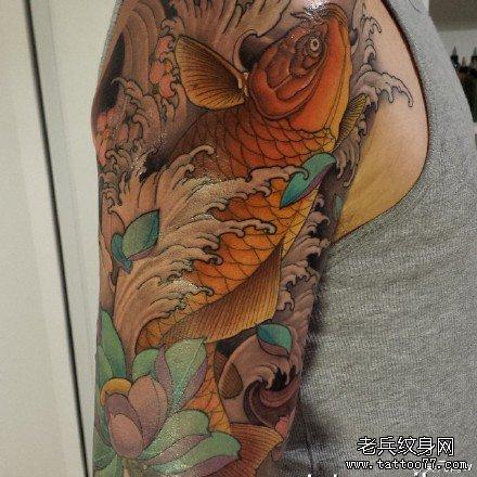 手臂花鲤鱼纹身图案