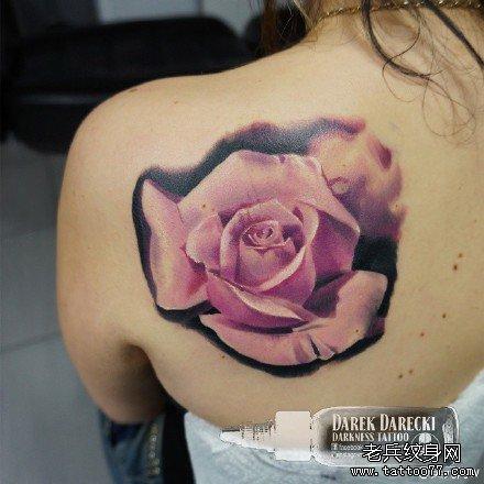 后背粉花纹身图案