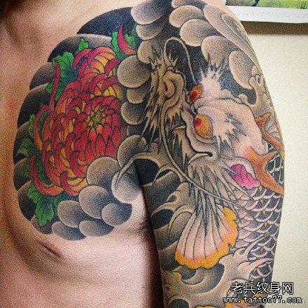 半胛莲花与龙纹身图案