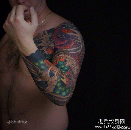 手臂紫球鲤鱼纹身图案图片