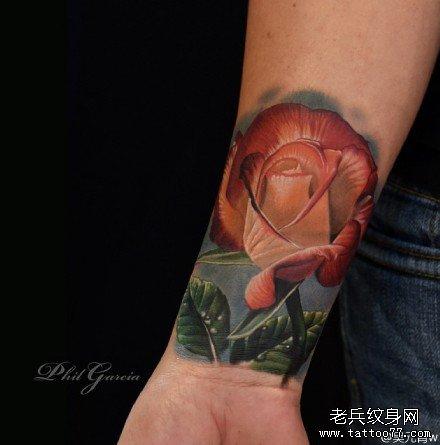手部红玫瑰纹身图案