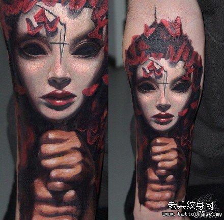 暂停播放         腿部外星肖像纹身图案         胳膊长发头肖像纹身