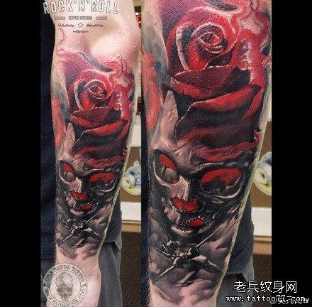 手臂红玫瑰骷髅纹身图案