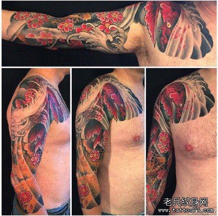 半胛红花红鱼纹身图案
