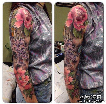 手臂莲花龙纹身图案