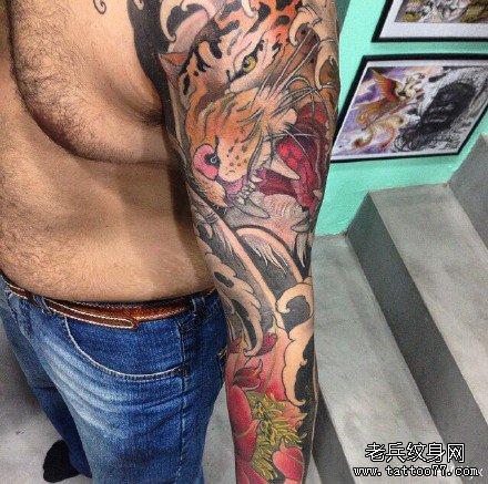 手臂莲花老虎纹身图案