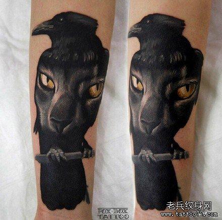 手部乌鸦与虎眼纹身图案