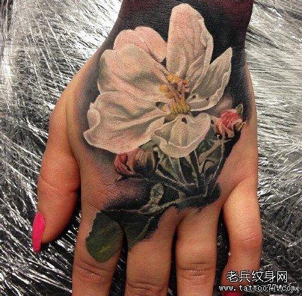 手部白花纹身图案