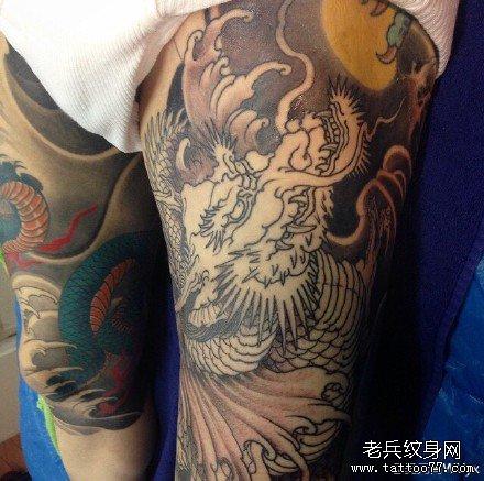 满背人大战龙纹身图案
