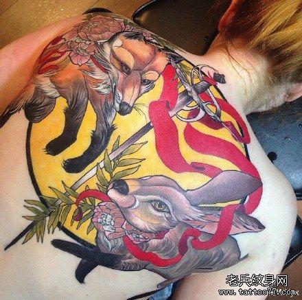 满背兔与狐狸纹身图案