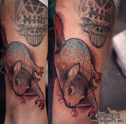 腿部老鼠纹身图案