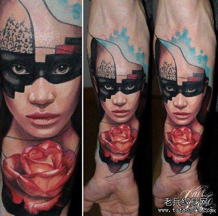 手部带花肖像纹身图案