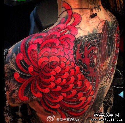 女生肩背潮流漂亮的彼岸花纹身图案