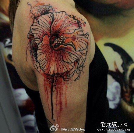 女生背部精美的莲花与彼岸花纹身图案