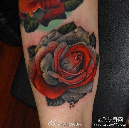 腿部老红玫瑰纹身图案
