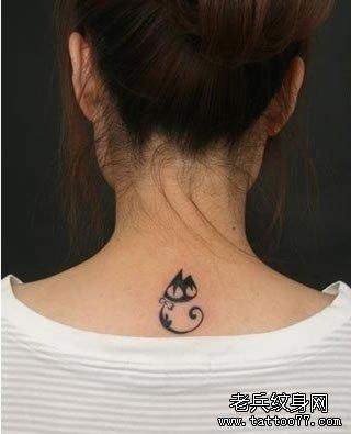 头一次见到这张图片的时候,认为很有对照性,真实的小黑猫和纹身中的小