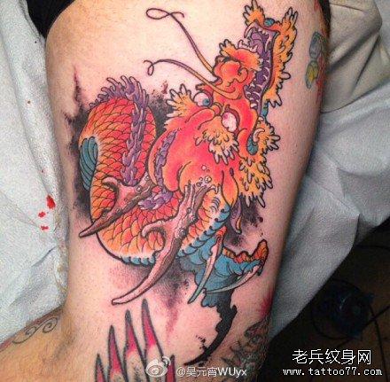 腿部大红龙纹身图案